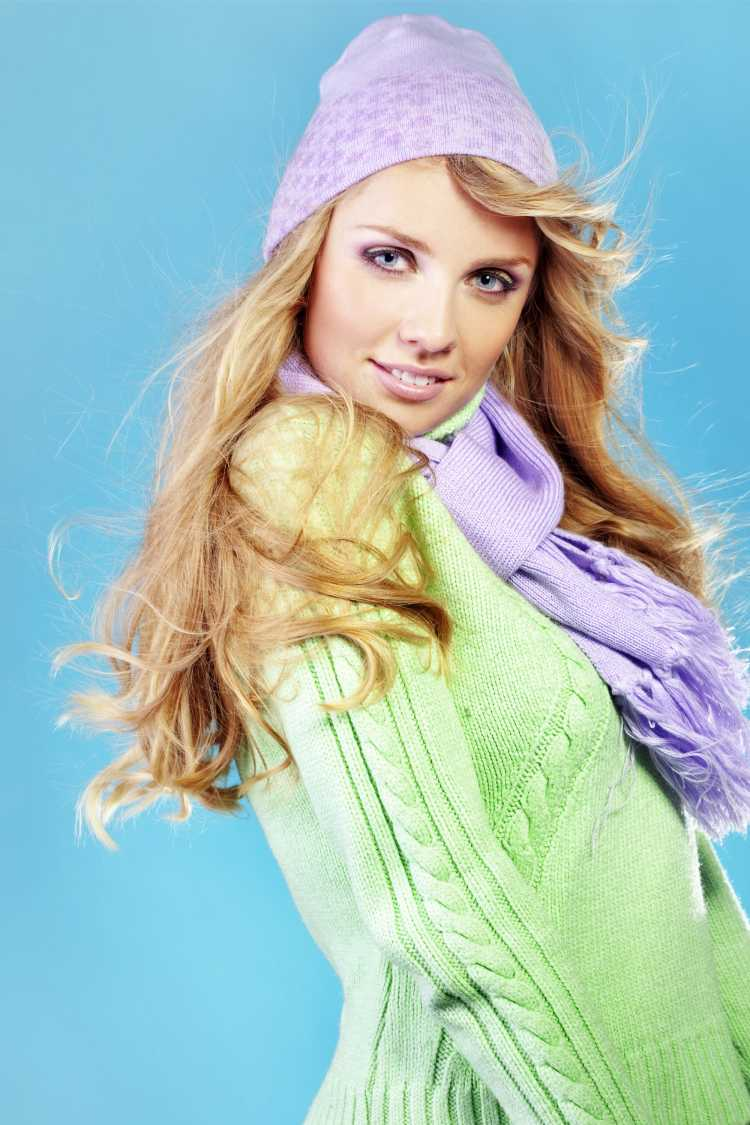 Looks com Mix de Cores com blusa verde, gorro e cachecol violeta