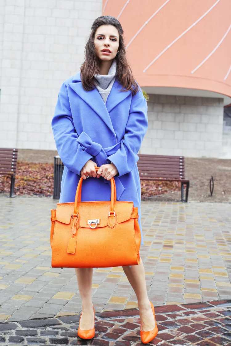 Looks com Mix de Cores com casaco azul e bolsa laranja