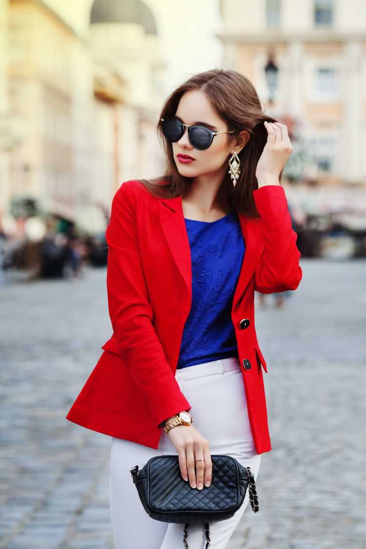 Looks com Mix de Cores com casaco vermelho