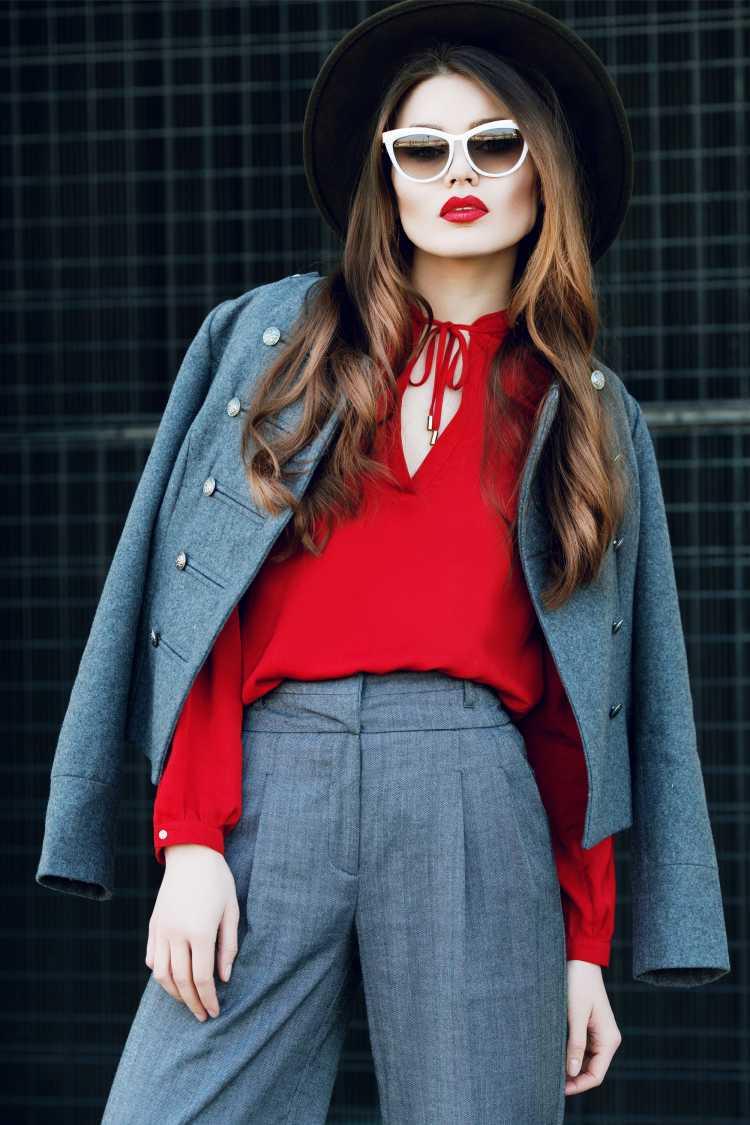Looks com Mix de Cores com conjunto cinza e vermelho