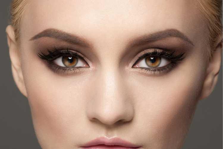 Maquiagem para sessão de fotos com sombra marrom e delineado gatinho
