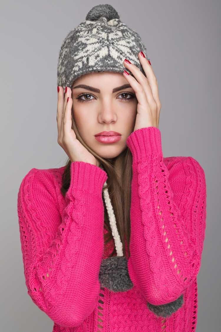 Touca ou Gorro Feminino cinza com pompons na ponta e blusa rosa