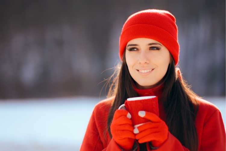Touca ou Gorro Feminino vermelho com casaco vermelho