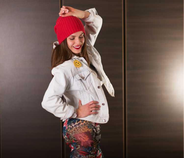 Touca ou Gorro Feminino vermelho com jaqueta branca