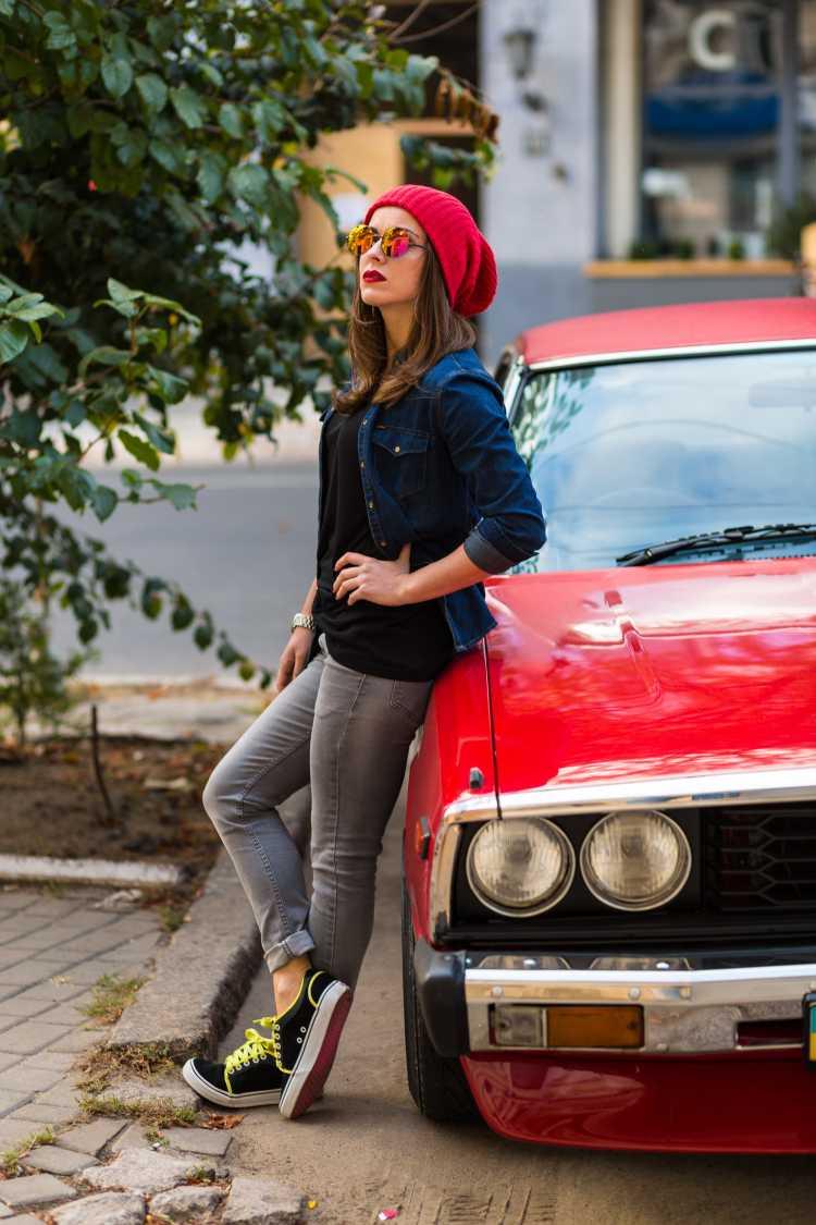 Touca ou Gorro Feminino vermelho com jaqueta jeans e blusa preta
