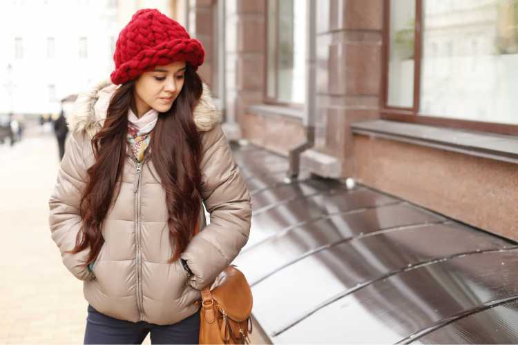 Touca ou Gorro Feminino vermelho com jaqueta marrom