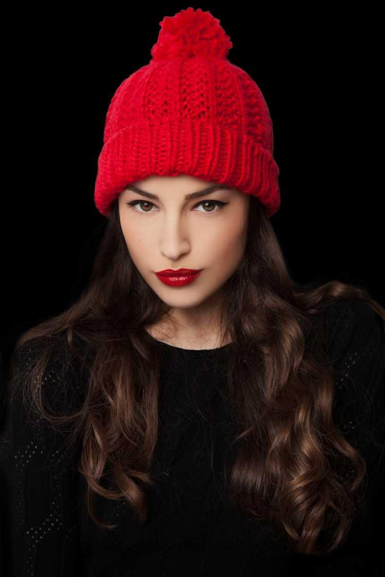 Touca ou Gorro Feminino vermelho com roupa preta