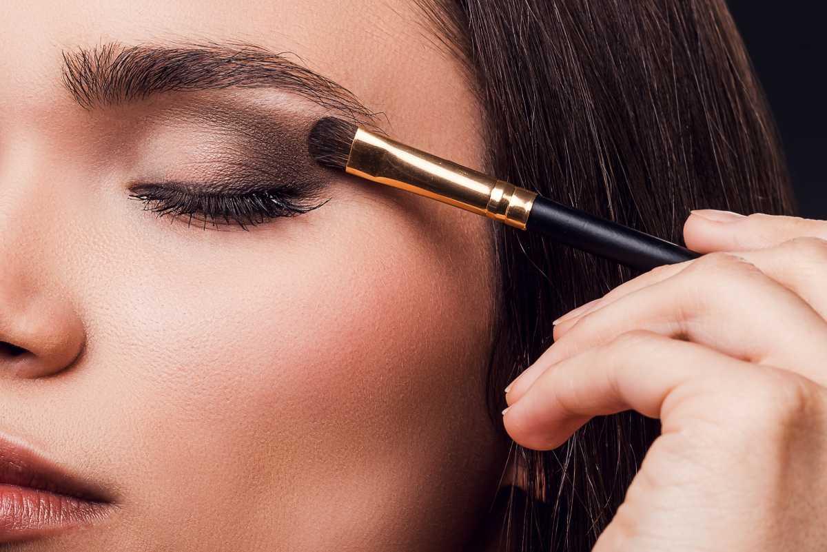 Dicas de maquiagem para fotos: Faça a maquiagem dos olhos antes da pele