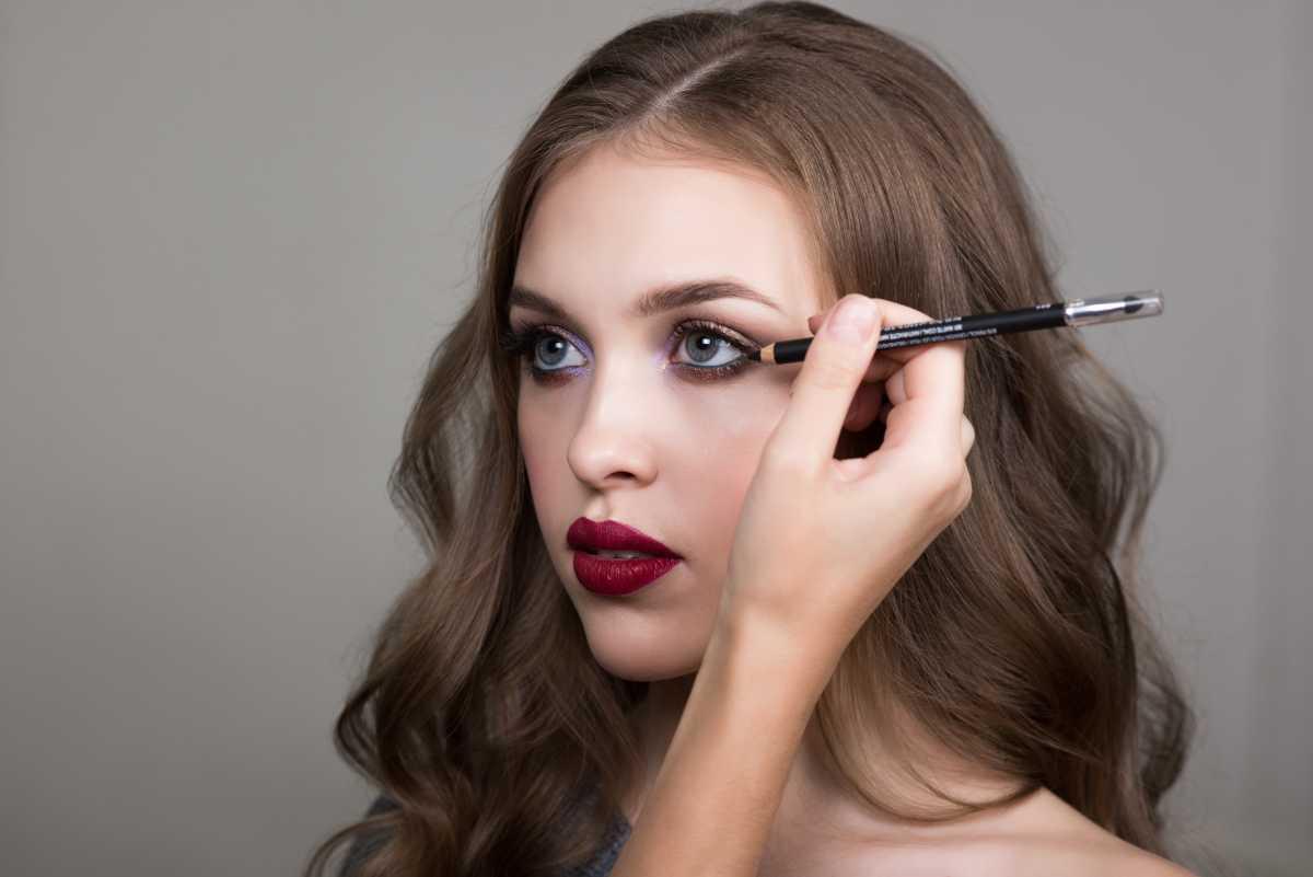 O lápis preto nos olhos é um verdadeiro clássico da maquiagem, mas todo o cuidado é pouco, já que o produto pode deixa a aparência envelhecida e cansada, quando utilizada da maneira incorreta.