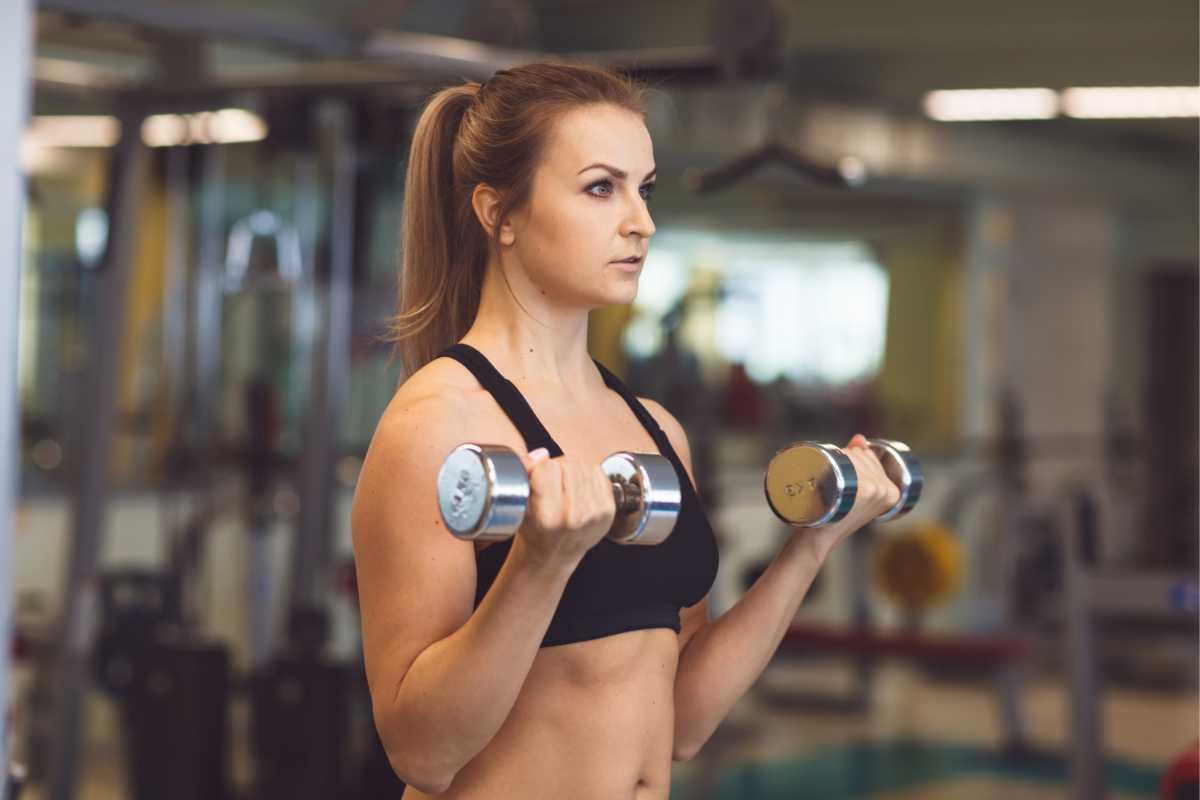 Rosca direta é um dos melhores exercícios para fortalecer braços flácidos