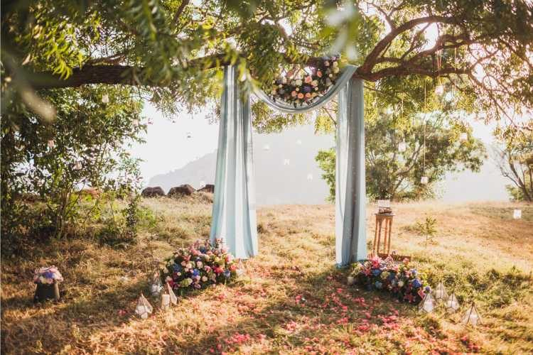 Decoração em árvore representando o altar do casamento