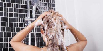 Lavar o cabelo com água quente faz mal