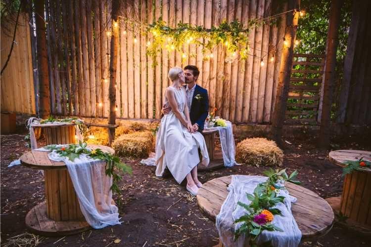 Mesinhas de madeira em decoração de casamento