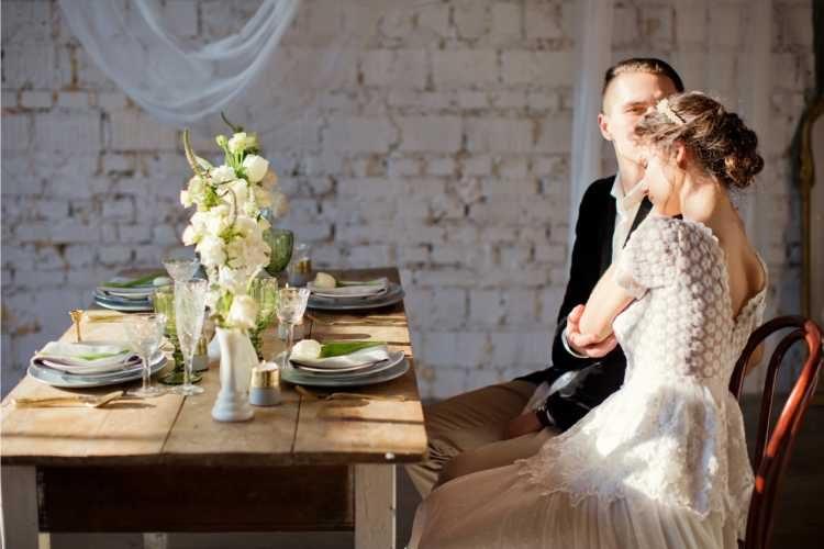 Noivos sentados na mesa