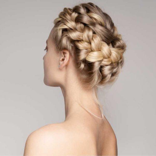 Penteados para mãe da noiva com trança formando um arco