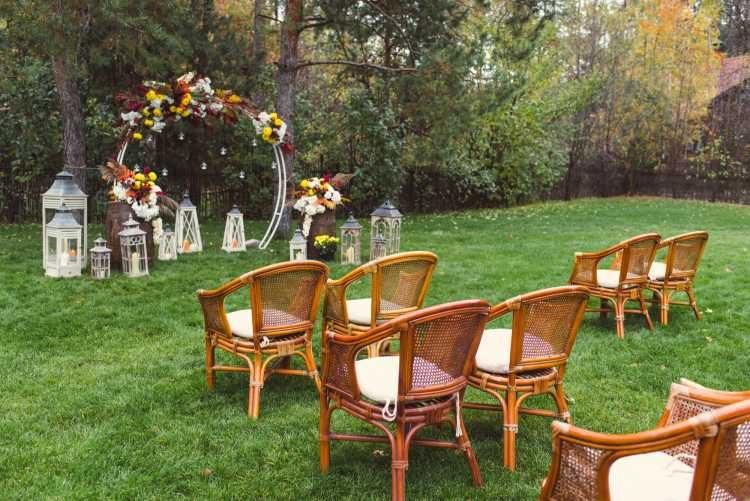 altar para celebração de casamento no quintal de casa