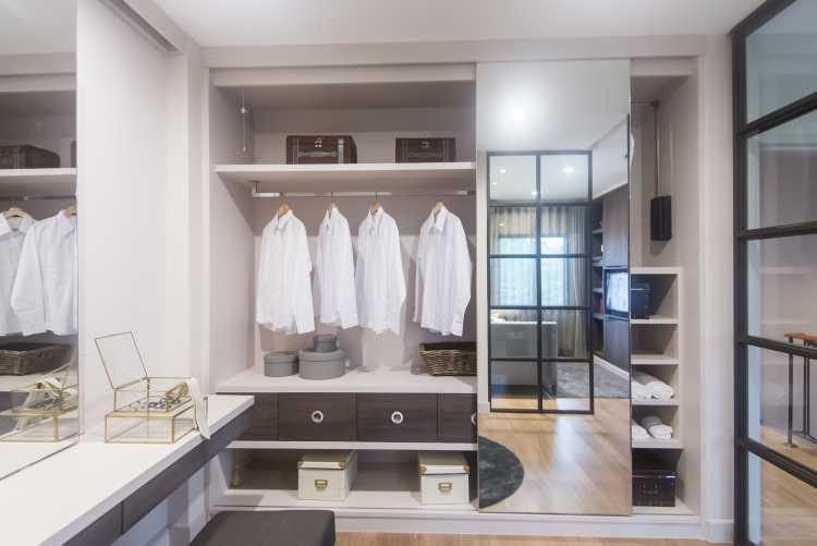 closet branco com detalhes em madeira