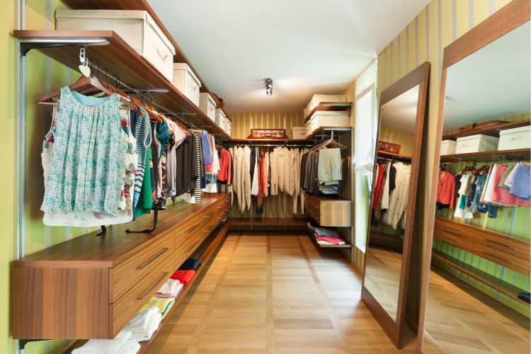 closet em madeira com araras e espelho