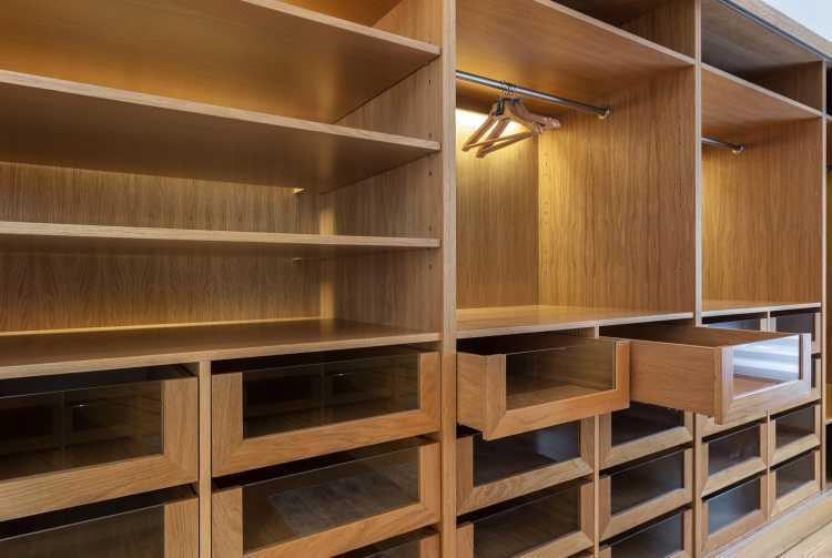 closet em madeira com muitas gavetas
