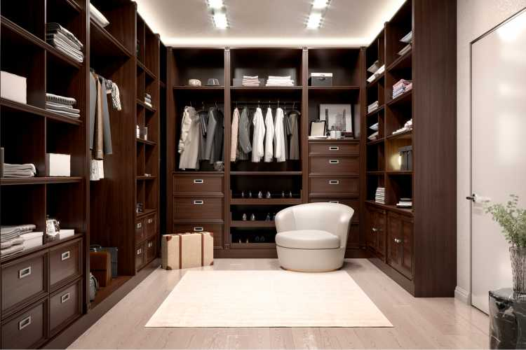 closet simples todo em madeira com piso claro