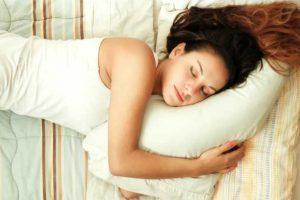 Dicas para conseguir um sono profundo como o da linda mulher da foto