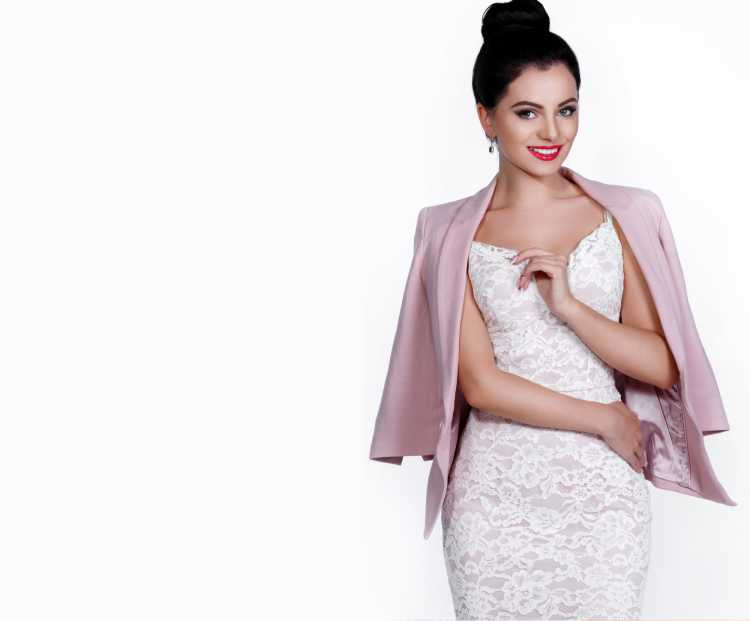 como usar vestido de Renda branco com blazer rosa