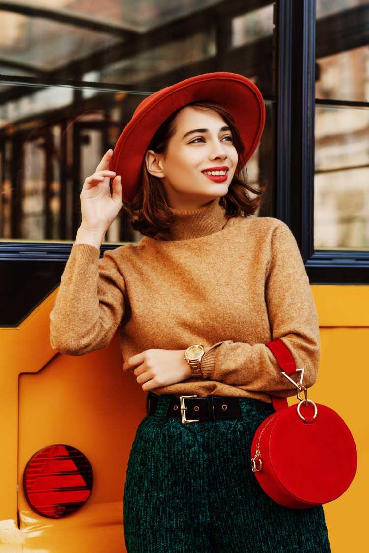 melhores tendências de inverno 2019 estilo cowgirl com chapéu e bolsa vermelhos