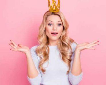 Mulher com a coroa na cabeça, se achando, com o ego inflado