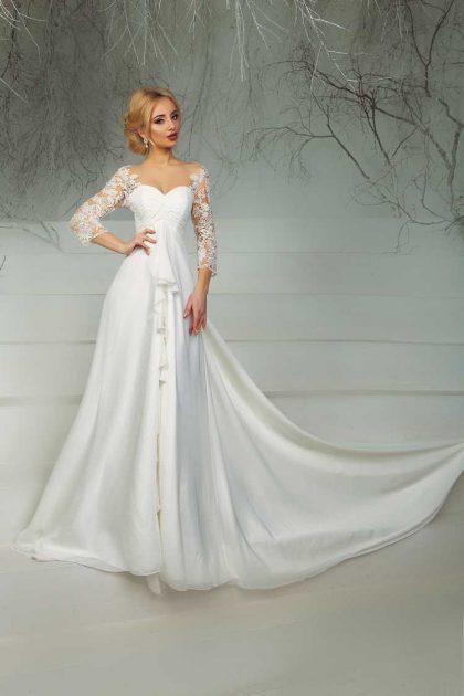 vestido com manga bordada e decote coração