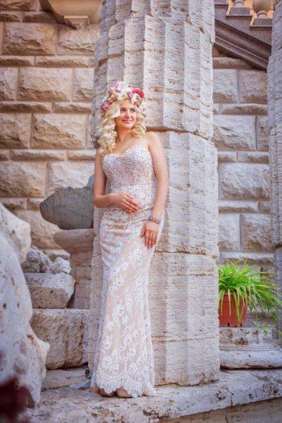 vestido de noiva com coroa de flores