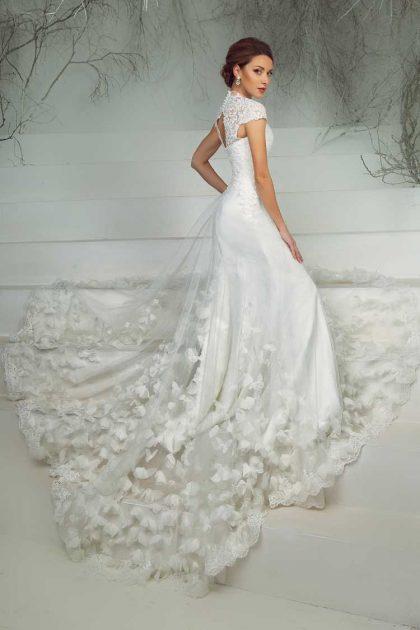 vestido de noiva estilo sereia com detalhes na cauda