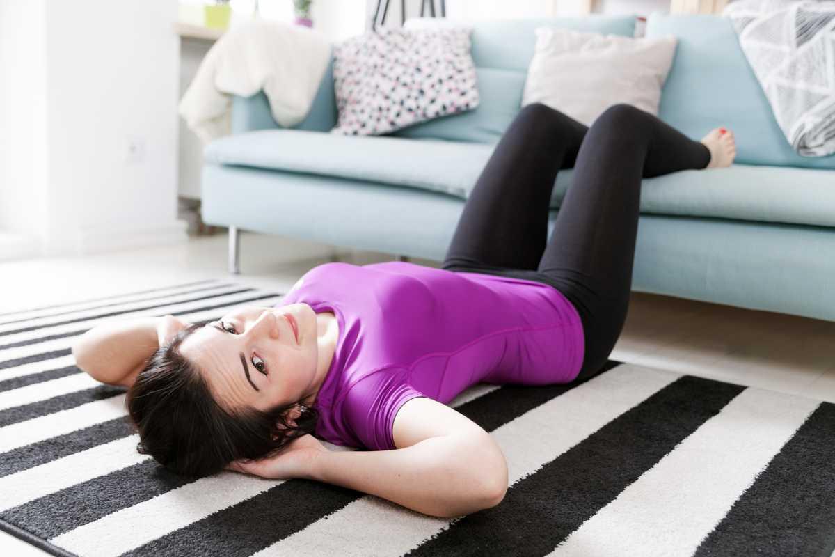 Abdominal na beirada do sofá é um bom exercício para eliminar a flacidez na barriga