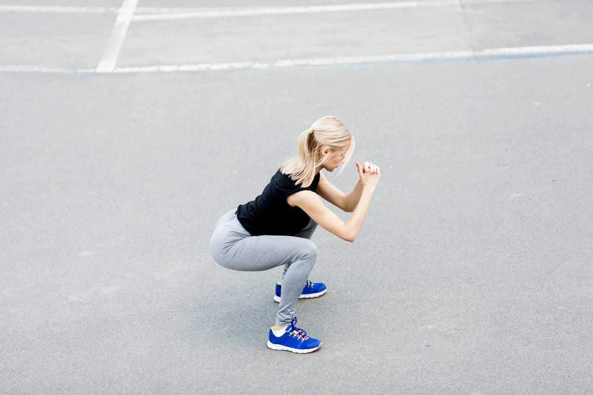 Agachamento com pulo é um bom exercício para acabar com a barriga