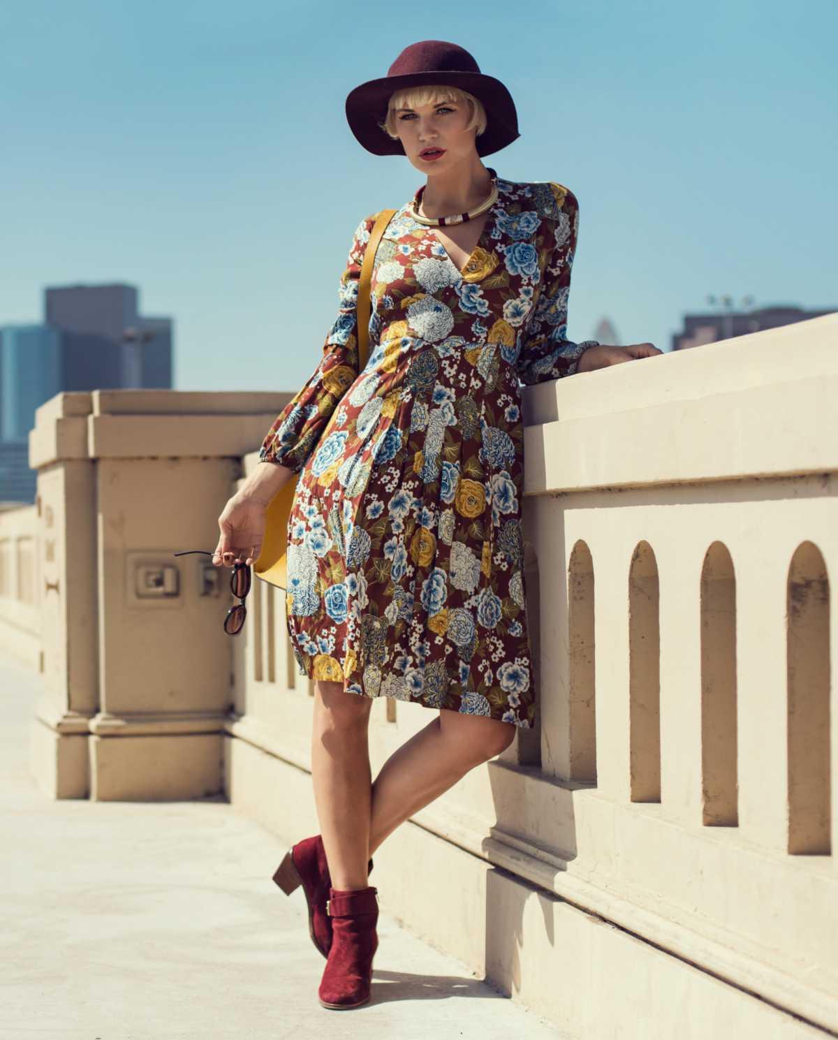 look boho com vestido floral e botas