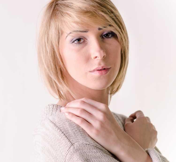 corte de cabelo rente as orelhas com franja lateral