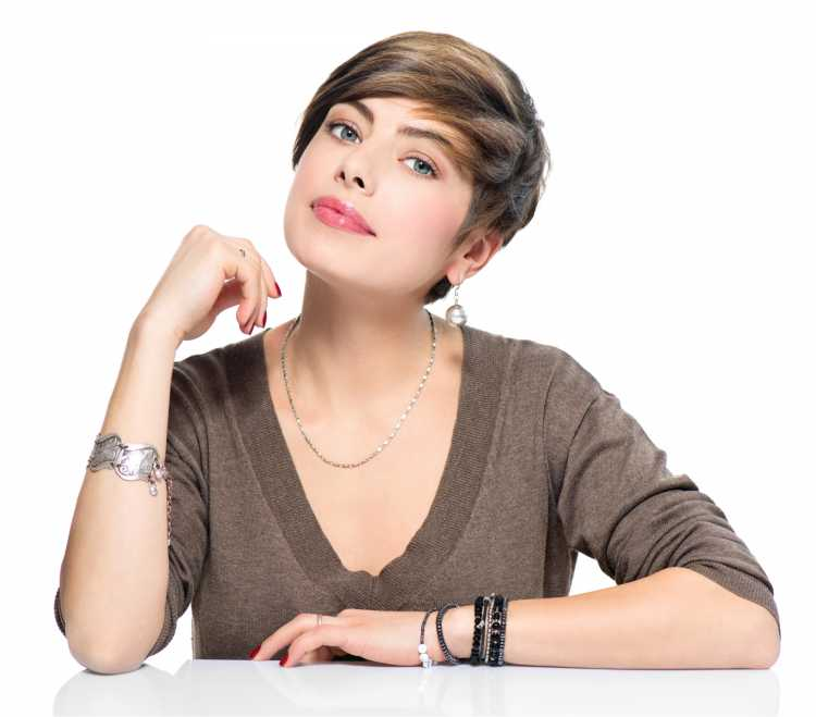 mulher com o cabelo cortado curtinho no estilo  joãozinho