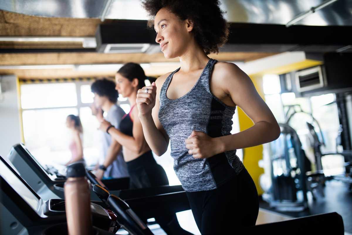 Correr ou caminha na esteira? Qual é o melhor método para perder peso?