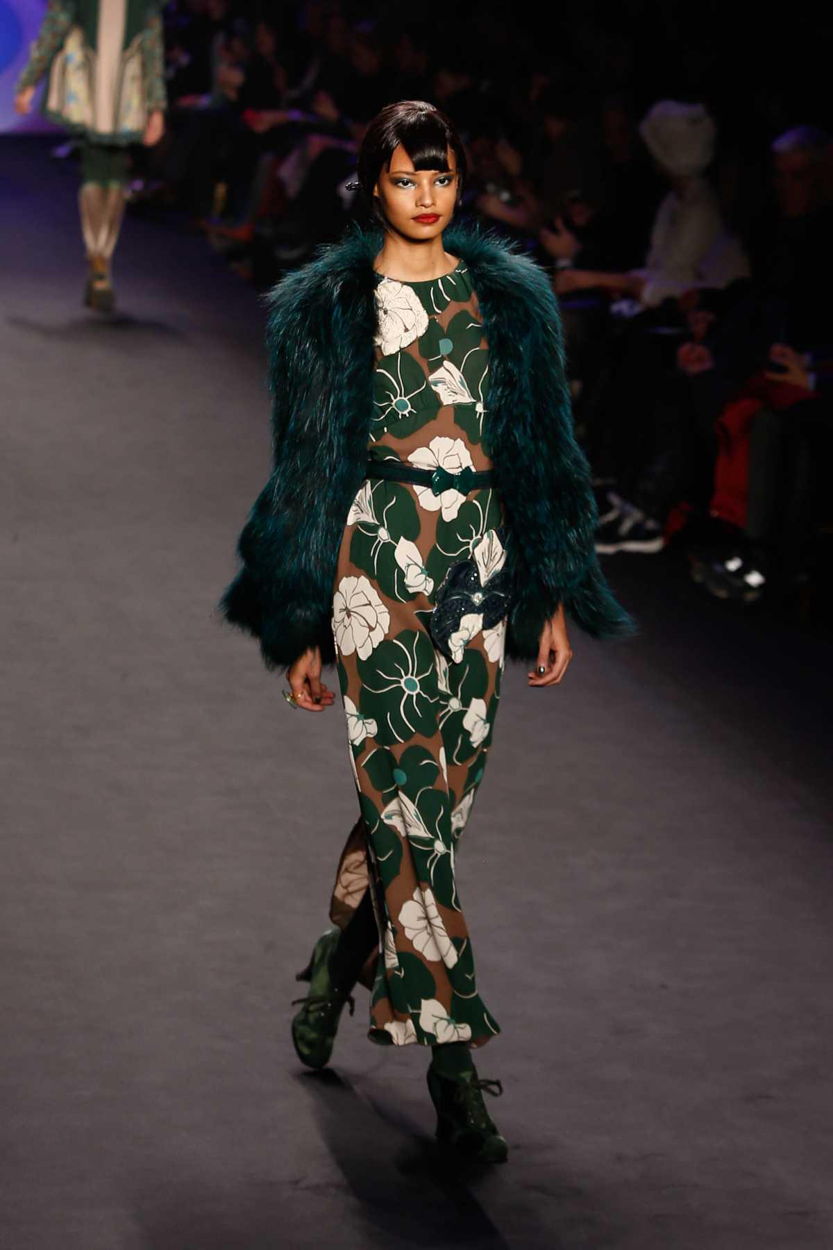 dress longo verde com casaco de pelo