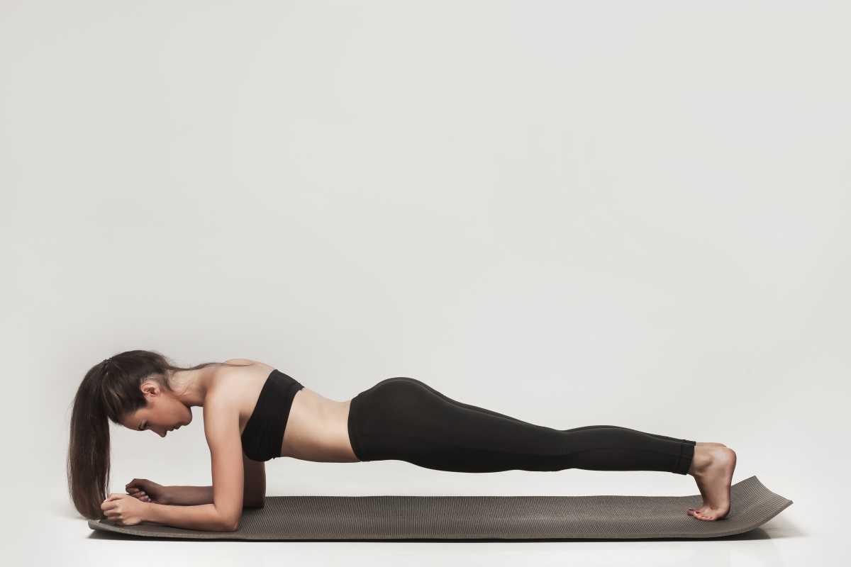 Prancha com flexão do cotovelo é um bom exercício para afinar a cintura