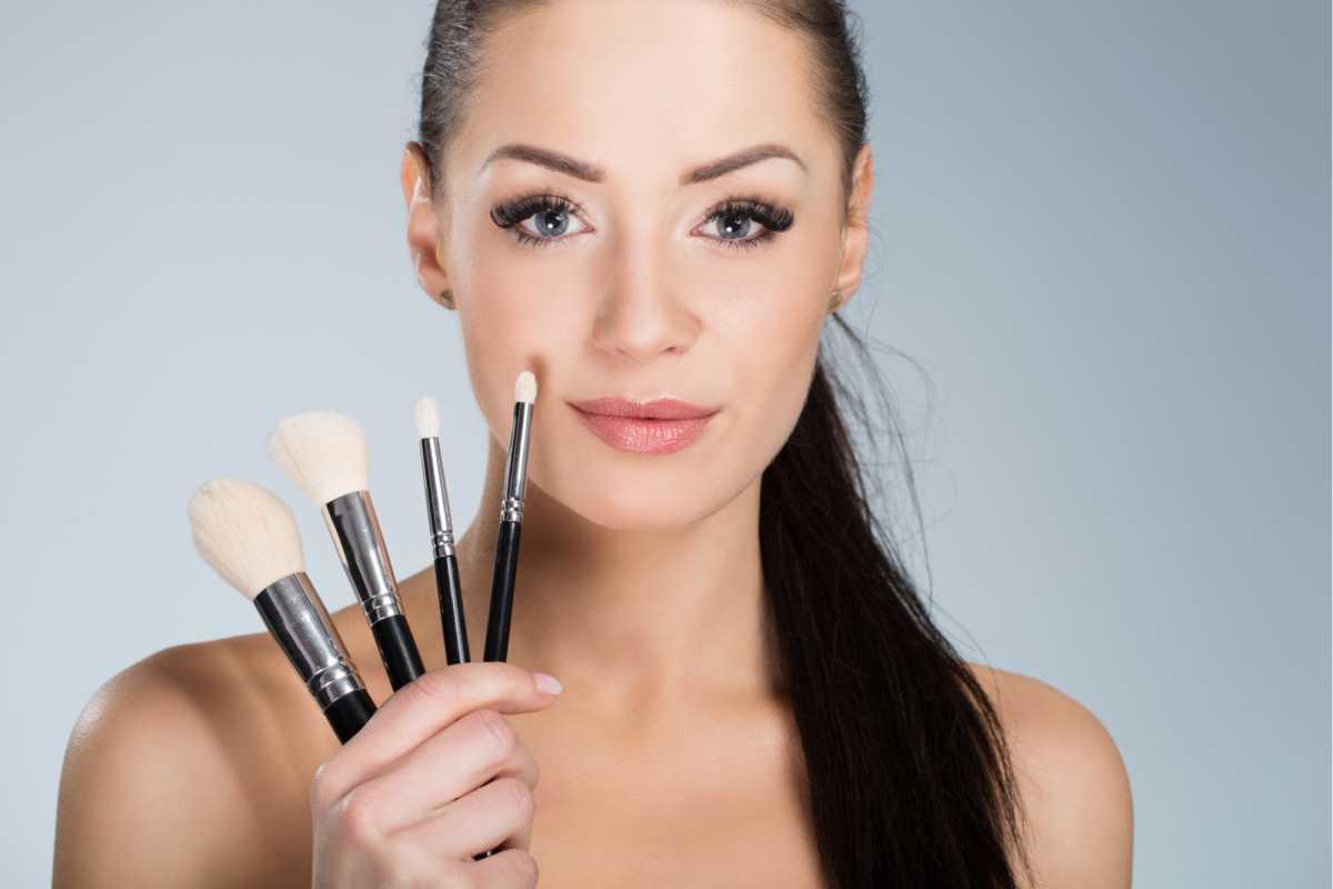 usar os pinceis corretos é um dos macetes para deixar a maquiagem impecável
