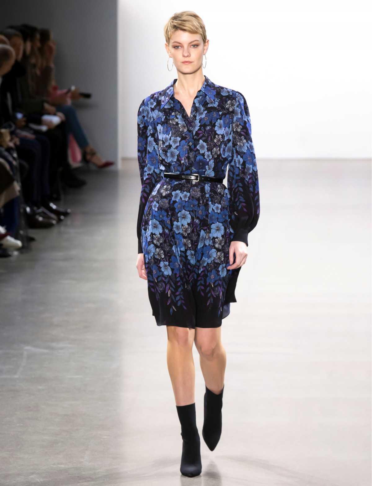 vestido floral azul com botas
