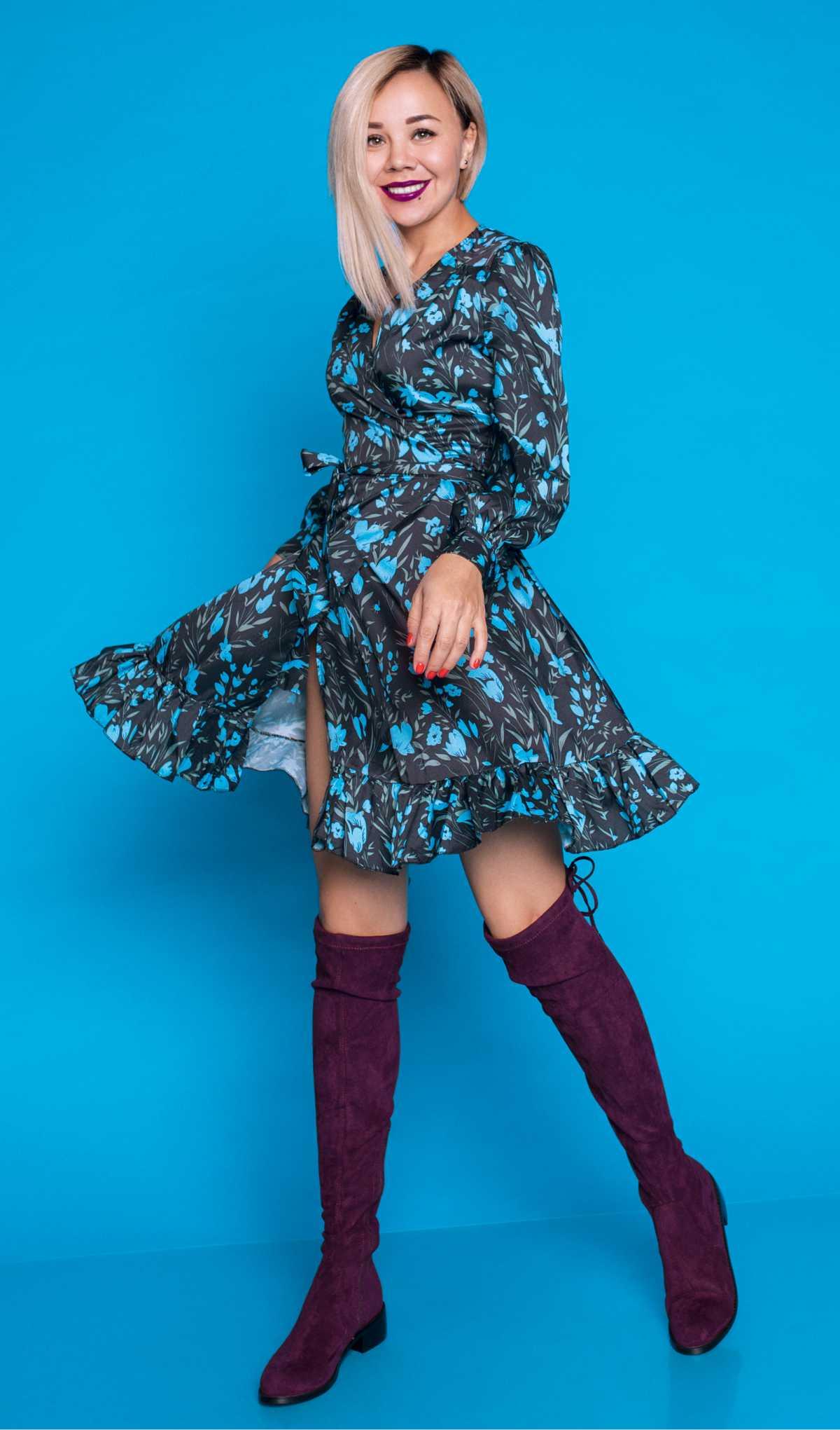 vestido floral azul com botas cano longo