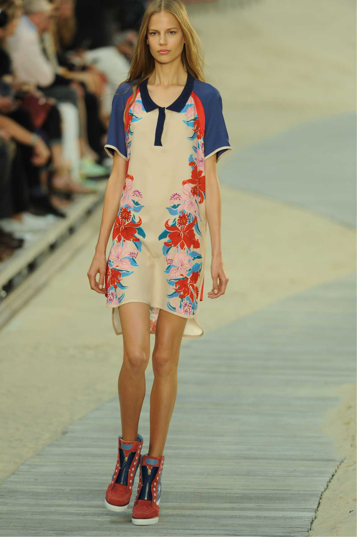 look com vestido floral e bota coturno colorida