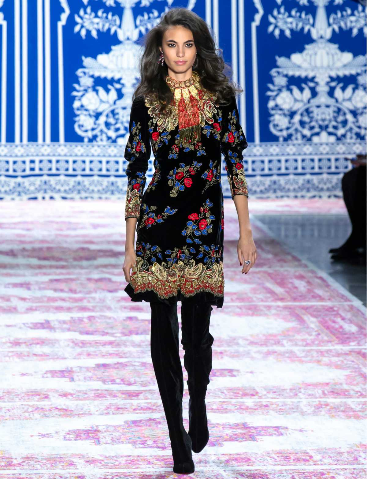vestido floral e botas chique