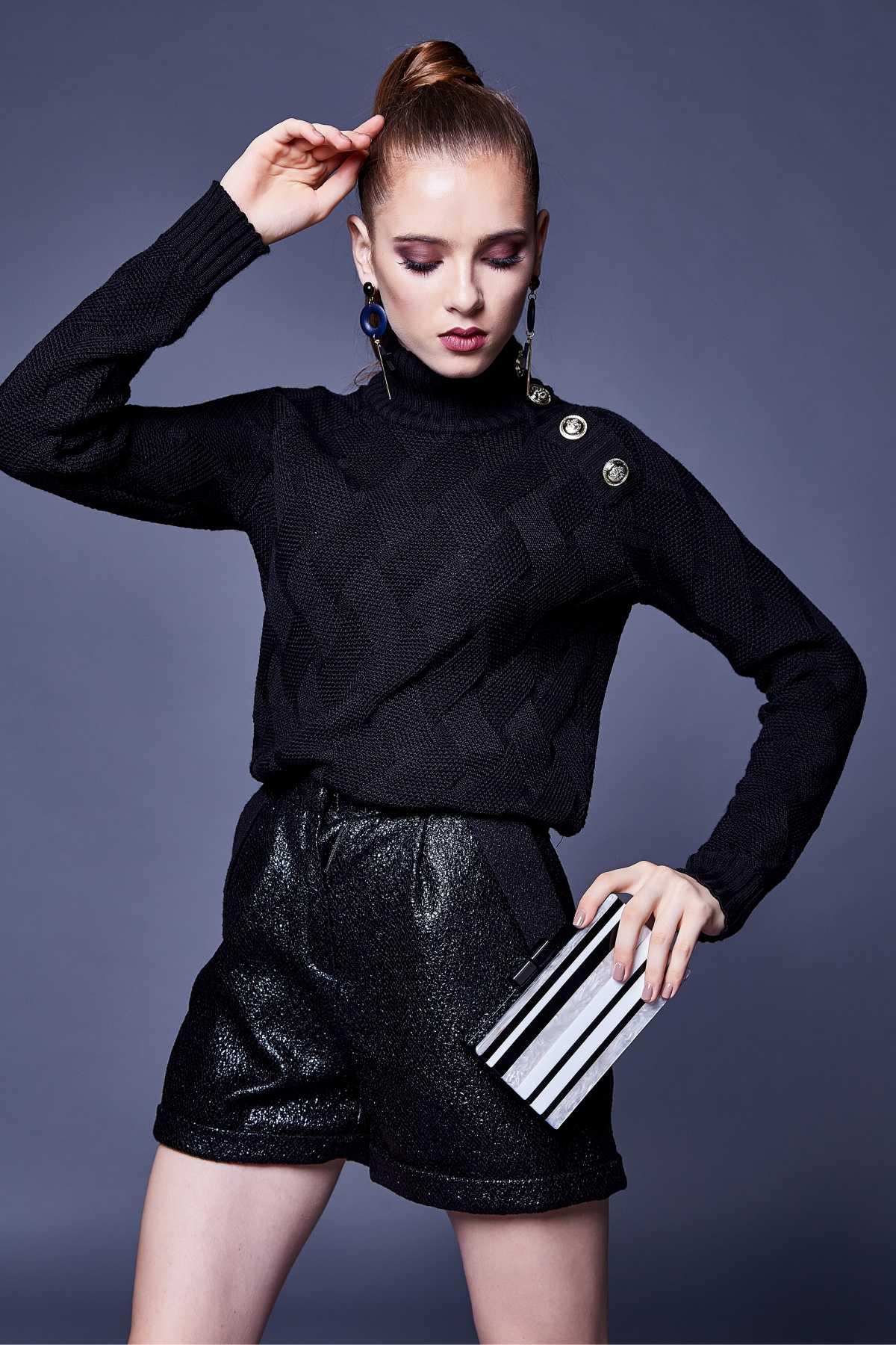 Produção para noite com blusa preta e short metálico