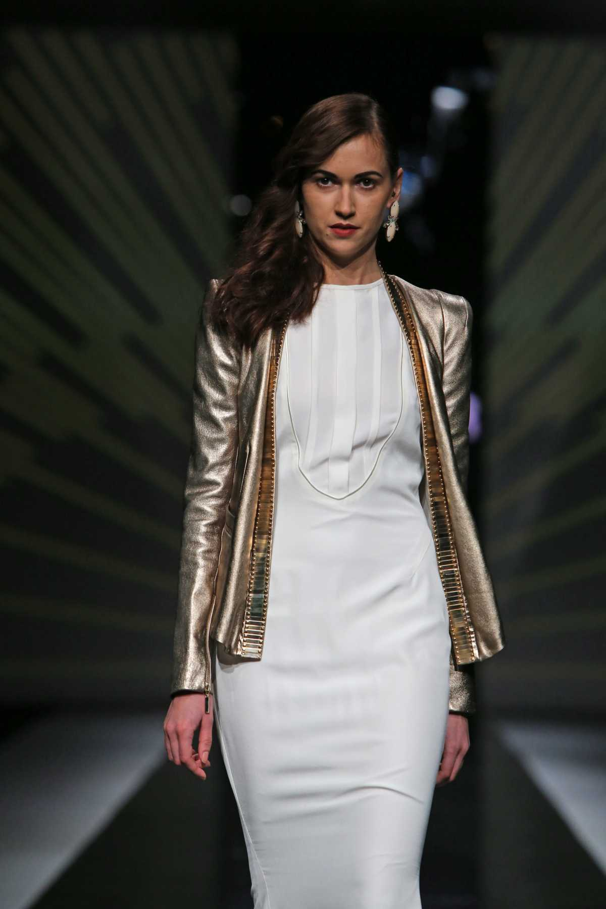 look com vestido branco e casaco dourado