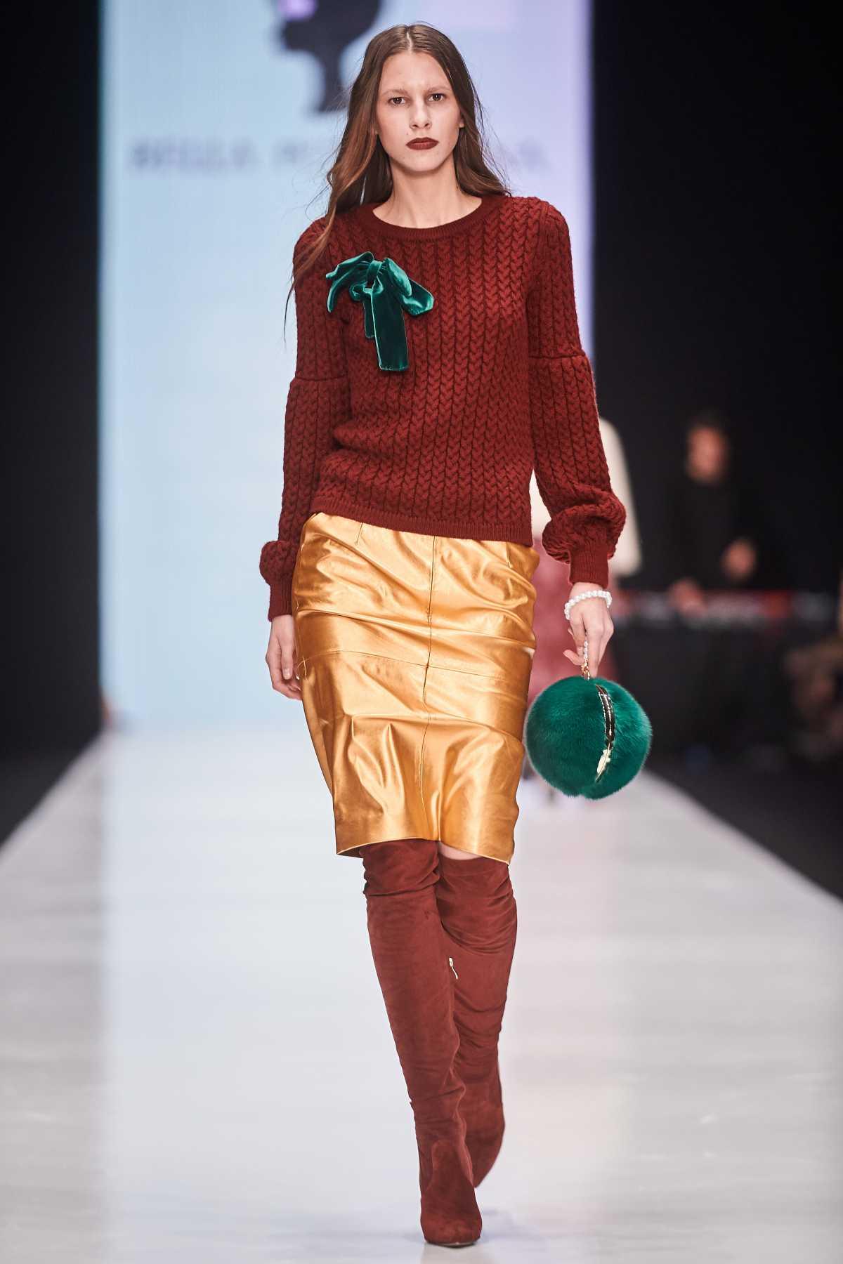 Produção formal com suéter e saia metalizada