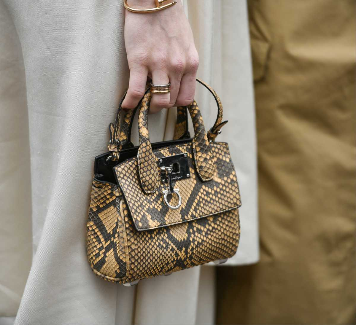 bolsa com estampa de cobra
