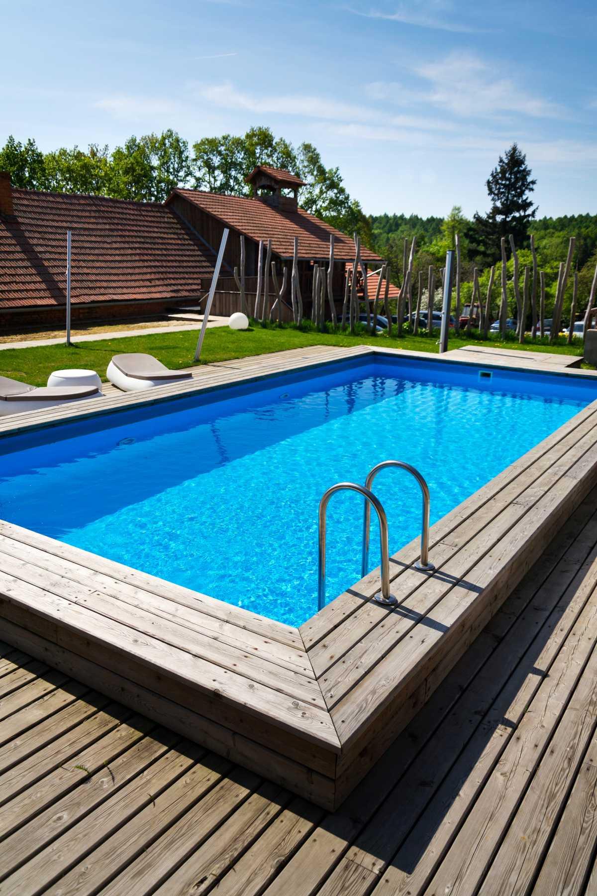 piscina retangular com bordas acima do nível do piso