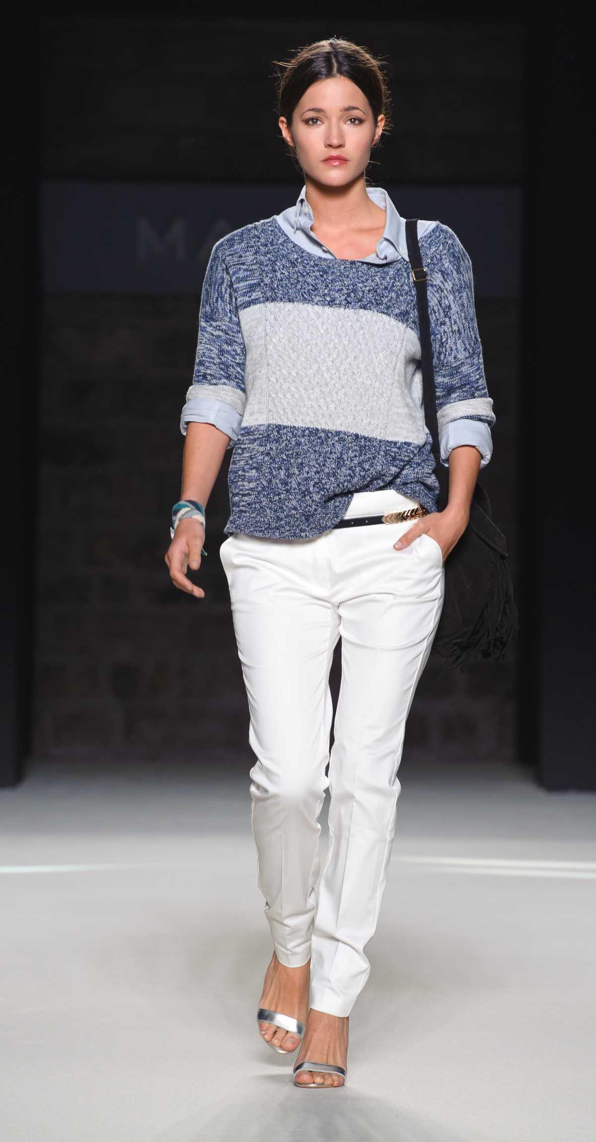Look com suéter e calça jeans branca